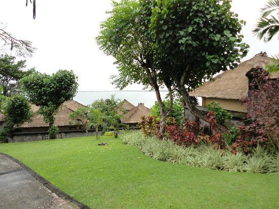 Four Seasons Resort Bali at Jimbaran Bay: 敷地内も手入れが行き届いています