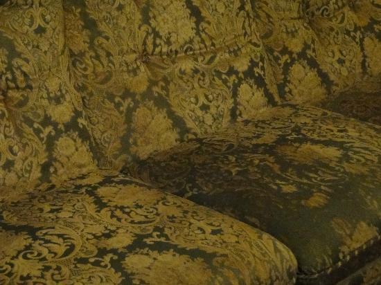 """I Capricci di Merion : Il divano """"fumoso"""" da pensionare"""