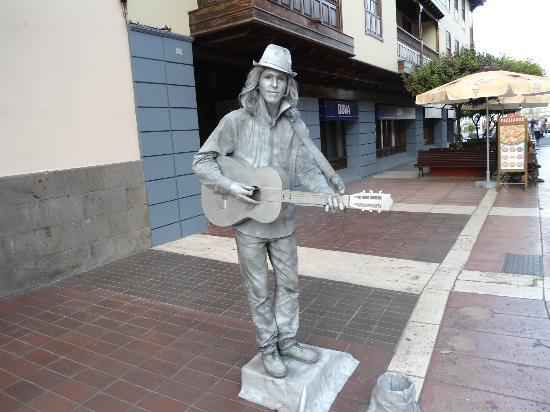 Marquesa Hotel: local statue man who seemed to only be able to sing Adele