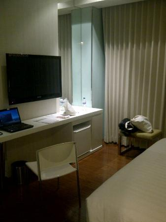 Everbright Hotel: Desk with large LCD TV
