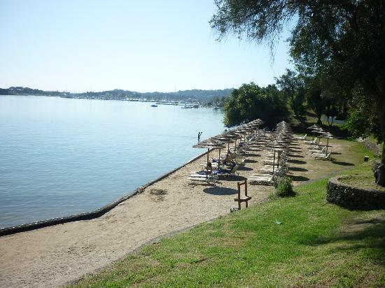 Louis Corcyra Beach Hotel: одна сторона пляжа