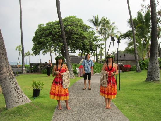 Island Breeze Luau at the King Kamehameha Hotel: The Luau Greeters