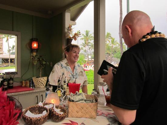 Island Breeze Luau at the King Kamehameha Hotel: The Bartender