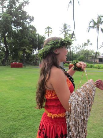 Island Breeze Luau at the King Kamehameha Hotel: The Greeter with the shell leis