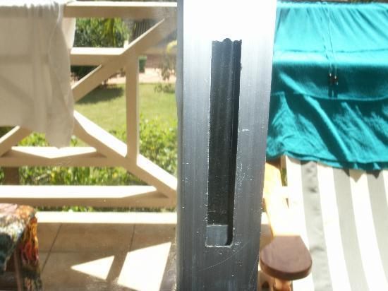 Coco d'Or Hotel & Restaurant: Missing door handle with razor sharp edges