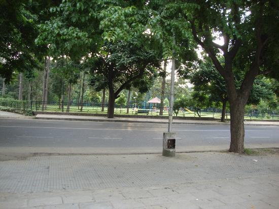 Treebo Town's Pride: Clean and wide roads and Parks in front of the Town's Pride hotel