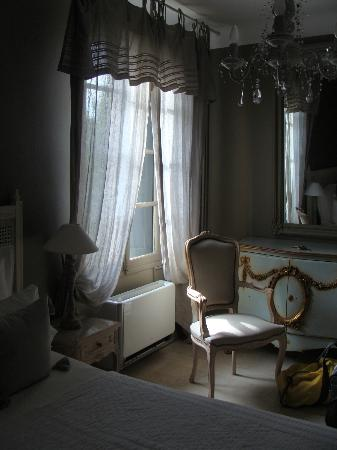 Le Relais Des Chartreuses: Lovely bedroom with nice details