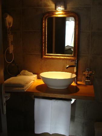 Le Relais Des Chartreuses: Modern bathroom