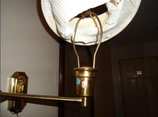 Swansea Motor Inn: so cheap cant even replace light bulbs!