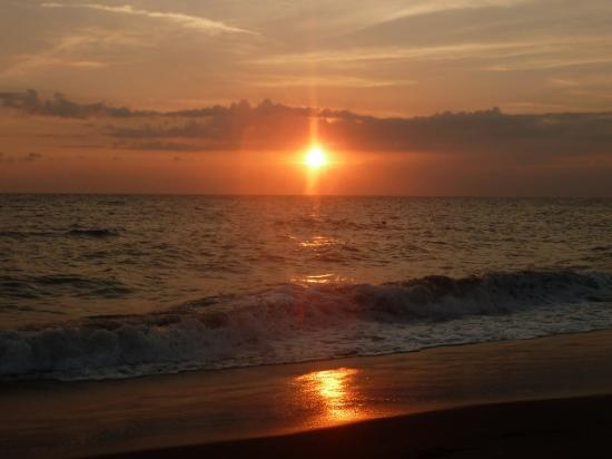 Joje Boutique and Bungalow: Sunset from the beach