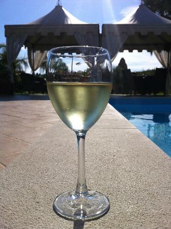 Villa Sogno Charme e Relax Selinunte: Wijn bij het zwembad