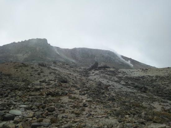 Nasudake, chausudake Mountain : 噴気孔から白煙があがっています
