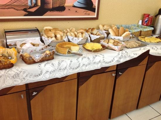 Hotel Casa de Praia: cafe da manha muito bom! uma pequena amostra pq nao coube tudo na foto!