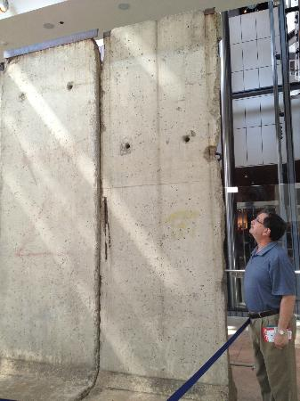Museum Berita Newseum: Section of Berlin wall that faced toward (Communist) East Germany