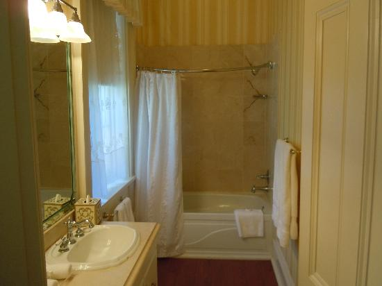 Monmouth Historic Inn Natchez: the bathroom