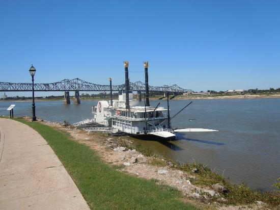 Monmouth Historic Inn Natchez: view of Mississippi from Magnolia Cafe