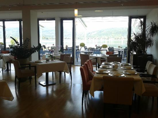 VIVA-Das Zentrum fur Moderne Mayr Medizin: Restaurant with lake view!