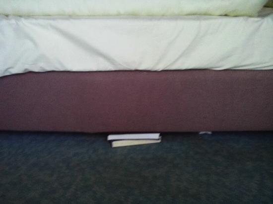 Stadthotel Viechtach: Bücher unter dem Bett im Zimmer 105