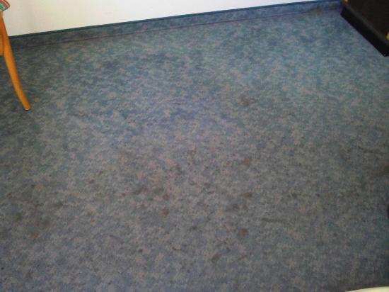 Stadthotel Viechtach: Flecke auf Auslegware im Zimmer 105