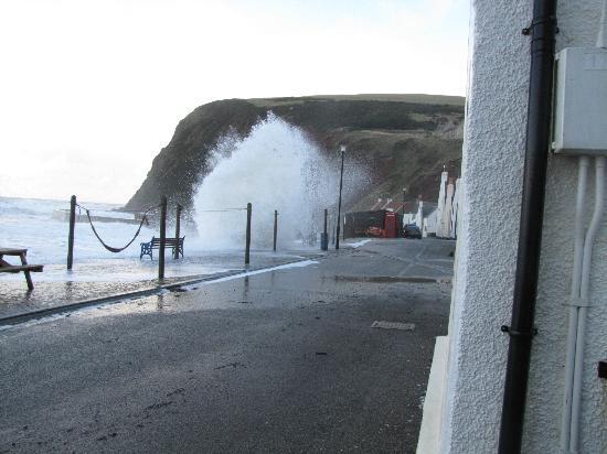 Pennan Inn Hotel & Restaurant: Waves washing the famous phone box