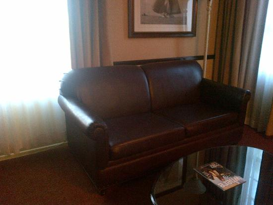 Ayres Hotel & Suites in Costa Mesa - Newport Beach: Sofa and coffee table