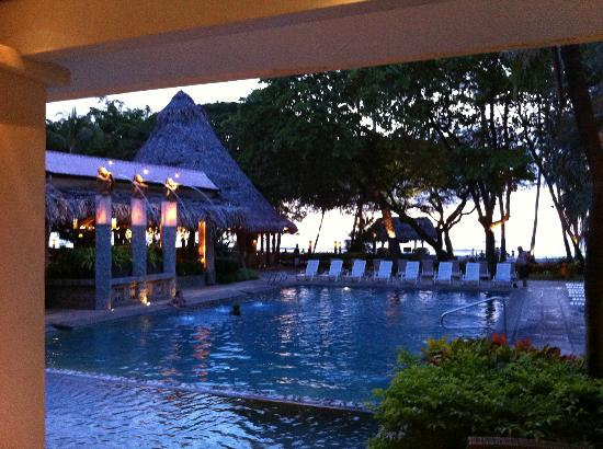 Hotel Tamarindo Diria: Pool and bar at dusk