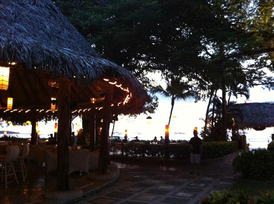 Hotel Tamarindo Diria Beach Resort: From the pool towards the bar