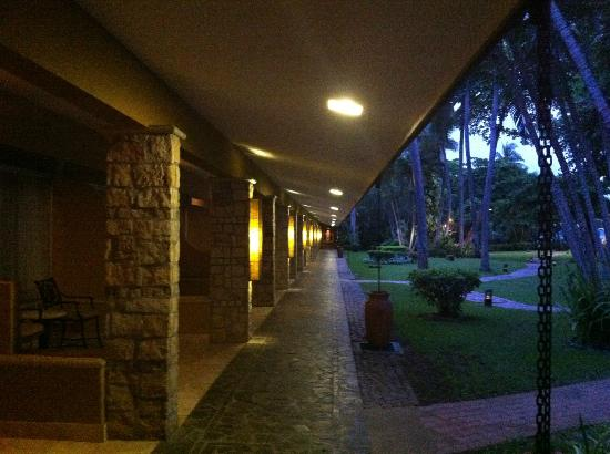 Hotel Tamarindo Diria: One of the outdoor halls, 1st floor beach view rooms, overhang great for when it rains