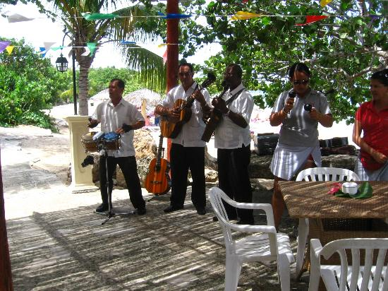 Paradisus Rio de Oro Resort & Spa: Lunch time band at beach restaurant