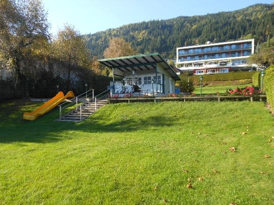 Seehotel Hoffmann: Blick vom Ufer über die Liegewiese zum Hotel