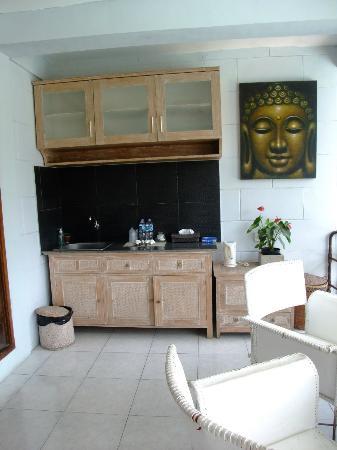 UMAH GRAN GUEST HOUSE: 廚房及客廳