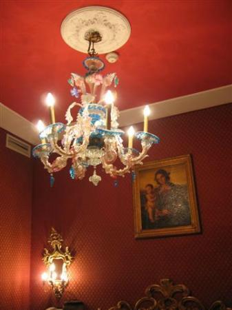 BHR Boutique Hotel Locanda Ca'Valeri : il lampadario di Murano sopra al letto