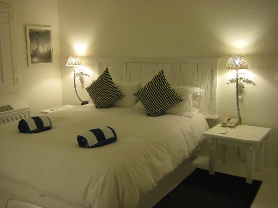 Alcazar Palm Springs: After long flight and late arrival, a cozy comfortable bed.