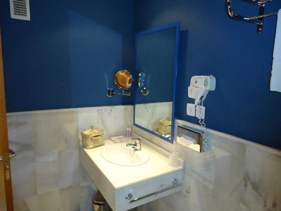 Atarazanas Malaga Boutique Hotel: Rm 309 - clean efficient bathroom