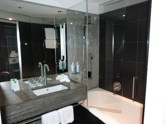 Hotel Glockenhof: Hotel bathroom - very clean and modern
