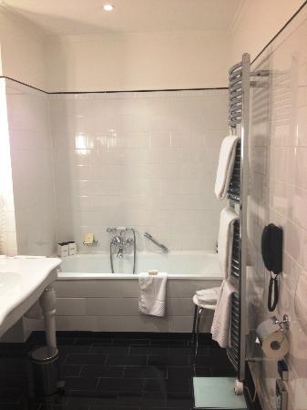 Fairmont Hotel Vier Jahreszeiten: Large bathroom