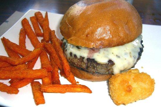 Photo of American Restaurant Umami Burger at 2200 E Thousand Oaks Blvd, Thousand Oaks, CA 91362, United States