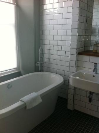 The Falmouth Townhouse: Lovely big bath (takes a while to fill....)