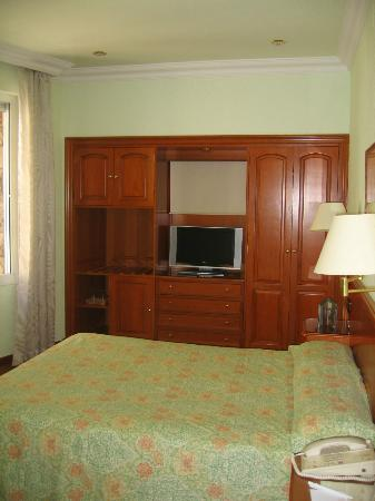 Regencia Colon Hotel: Bedroom (secret window behind blind over tv)