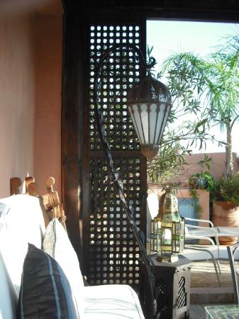 Riad des Artistes: roof top breakfast and relaxation area