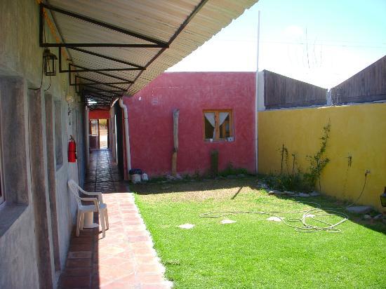 Hostel La Morada : Il giardino su cui si affacciano tutte le stanze