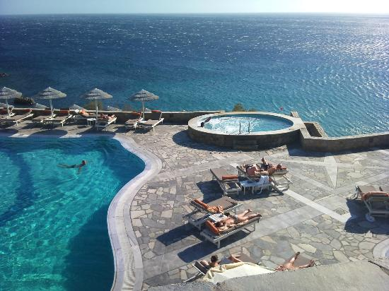 Royal Myconian Resort & Thalasso Spa Center: Bela piscina e jacuzzi.