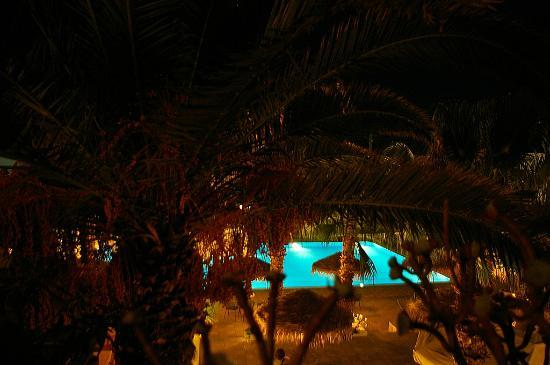 Kamari Beach Hotel: Pool at night