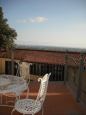 Collina Toscana Resort: Esterno camera Pozzarello con ristorante accanto