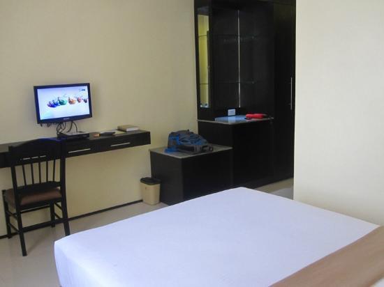 M Citi Suites Cebu: big cabinet