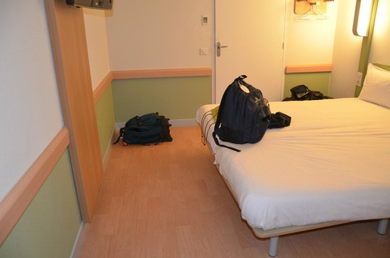 Ibis Budget Aeroport le Bourget Garonor :                   Must use the floor for anything that doesn't fit on the tiny shelf.