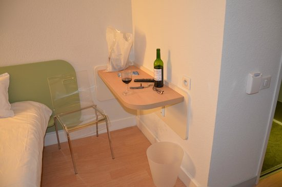 Ibis Budget Aeroport le Bourget Garonor :                   Amenities one shelf, one chair and one wastebasket
