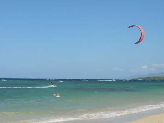 Grand Bahia Principe El Portillo: kite surfing right to our beach, so cool to see