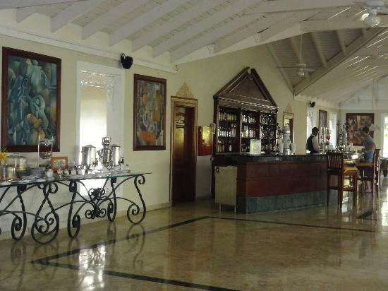 Grand Bahia Principe El Portillo : hotel bar and self serve tea area