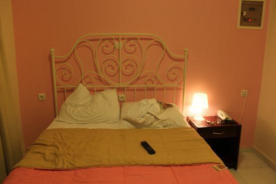 Archontiki Hotel: Letto matrimoniale